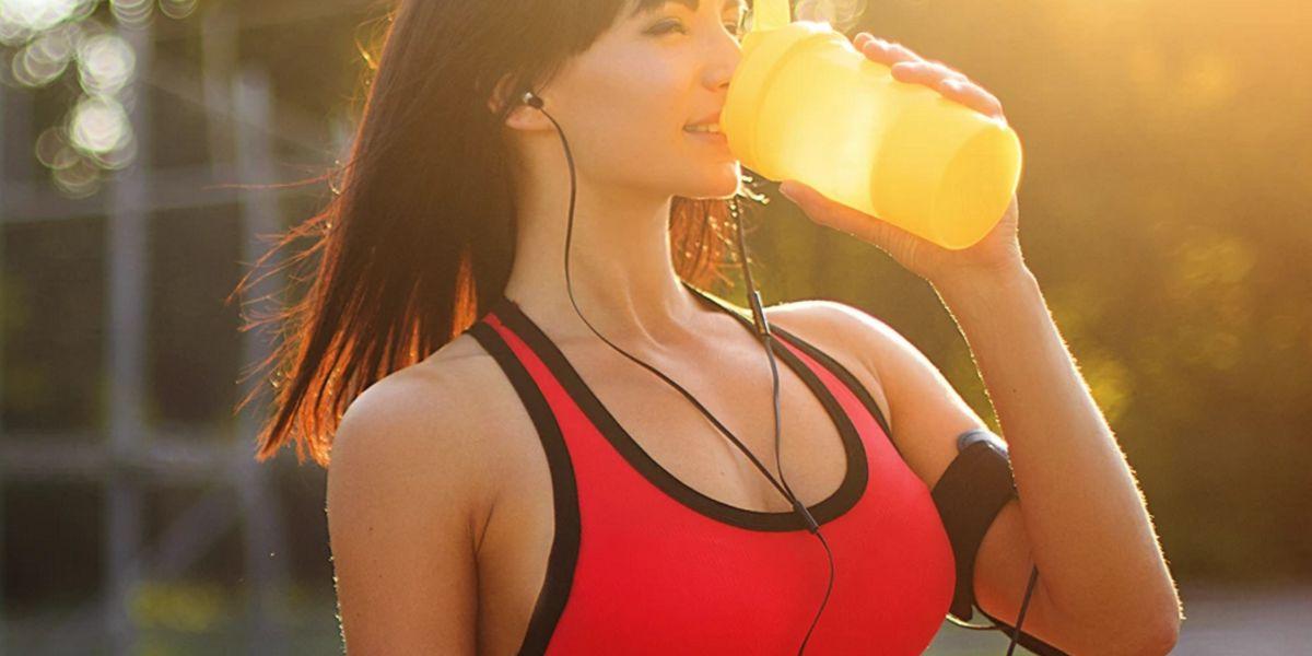 Beber agua para mantenerse hidratado