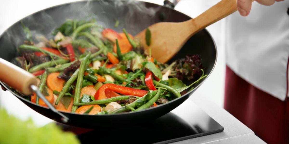 Cocinar alimentos con wok