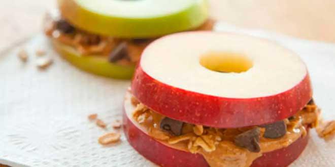 Manzana con Mantequilla de Almendra y Crumbs de Chocolate