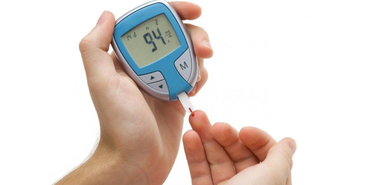 Glucómetro para medir niveles de glucosa en sangre