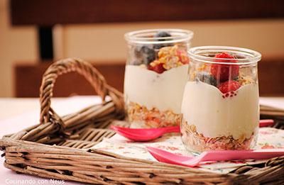 Muesli, fruta fresca y yogur bajo en grasa