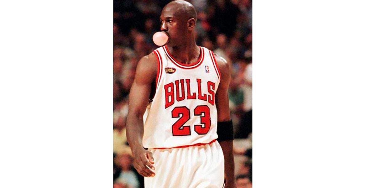 Jordan mascando chicle