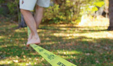 Aguantar el equilibrio en una cinta slackline