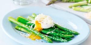 Huevos escalfados con espárragos