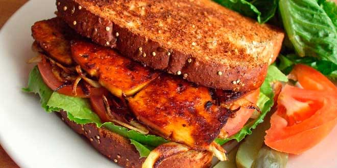 Sándwich de tofu braseado con crema de anacardos