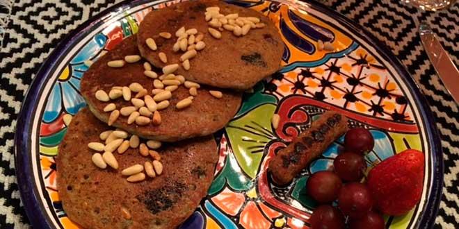 Pancakes à l'avoine avec des pignons