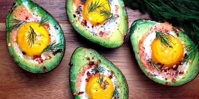 Aguacates Rellenos de Salmón y Huevo
