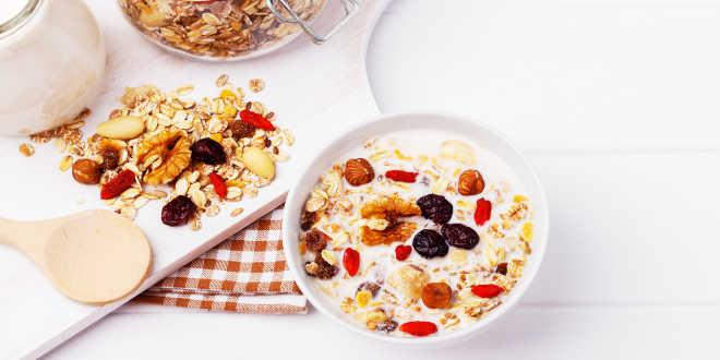 Copos de avena con leche semidesnatada cubierto con una selección de frutas secas