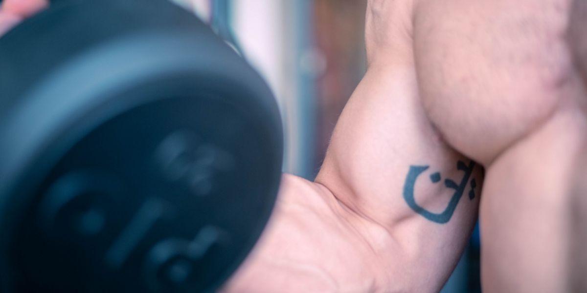Entrenar biceps con mancuerna