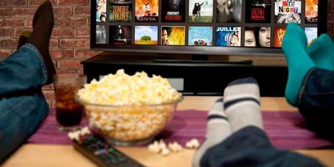 Snacks poco saludables mientras se ve TV