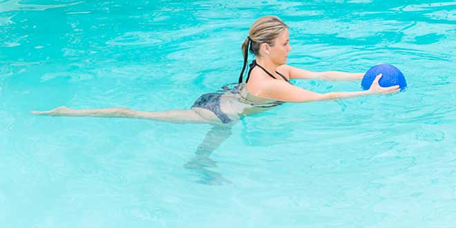 Ejercicio con pelota en el agua