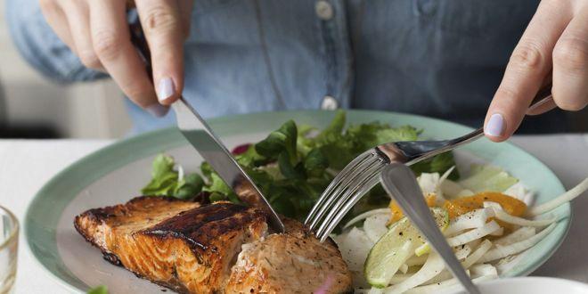 Comida con proteínas, grasas y carbohidratos