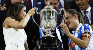 Fútbol Femenino entrega trofeo