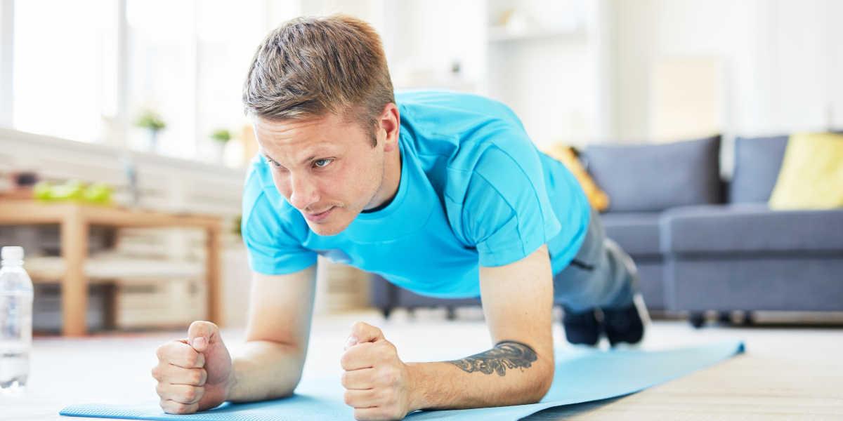 ¿Cómo seguir una tabla de abdominales en casa?