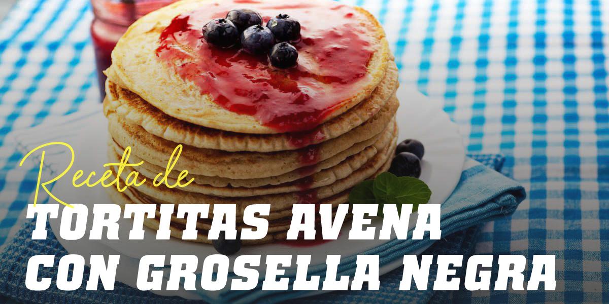 Tortitas de Avena con Yogur Griego y Grosella Negra