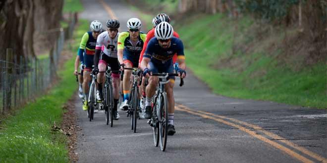 Ciclistas na estrada