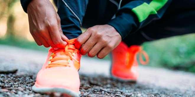 Apertar cordoes sapatilhas de correr