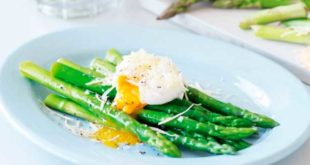 Espargos com ovos escalfados e parmesano