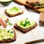 Torradas de Mexido de Abacate e Pão de Trigo Sarraceno