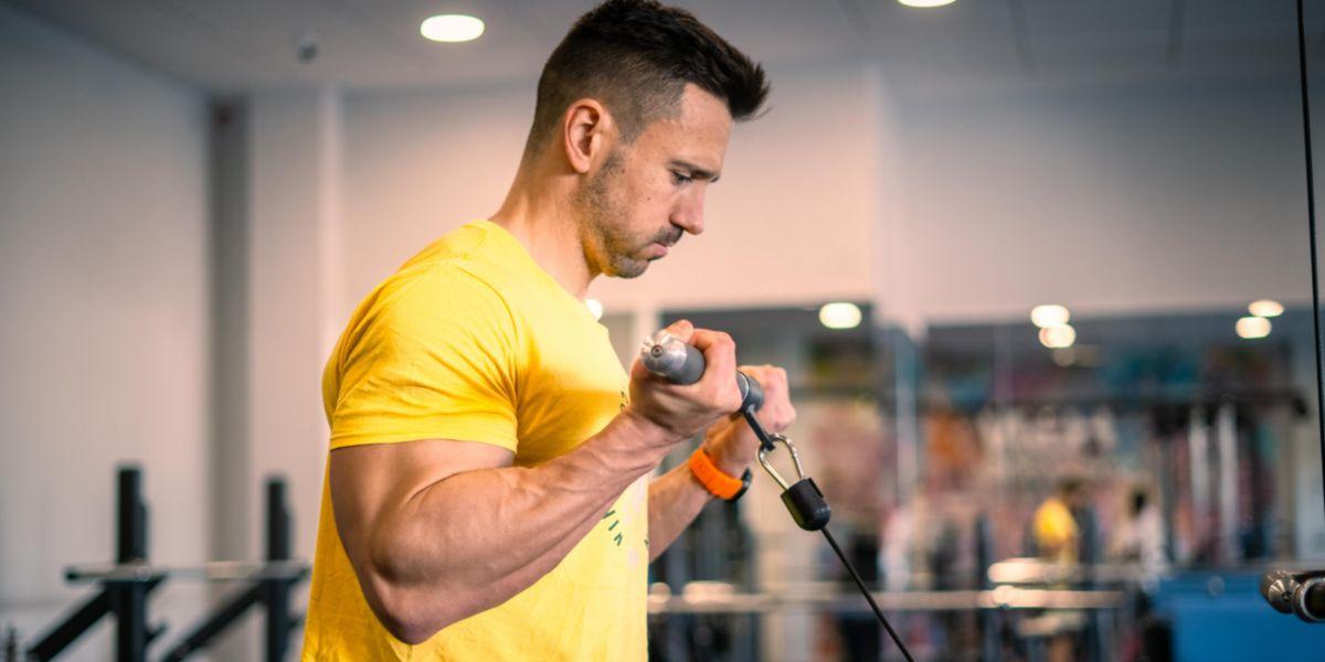 Curl de bíceps em roldanas