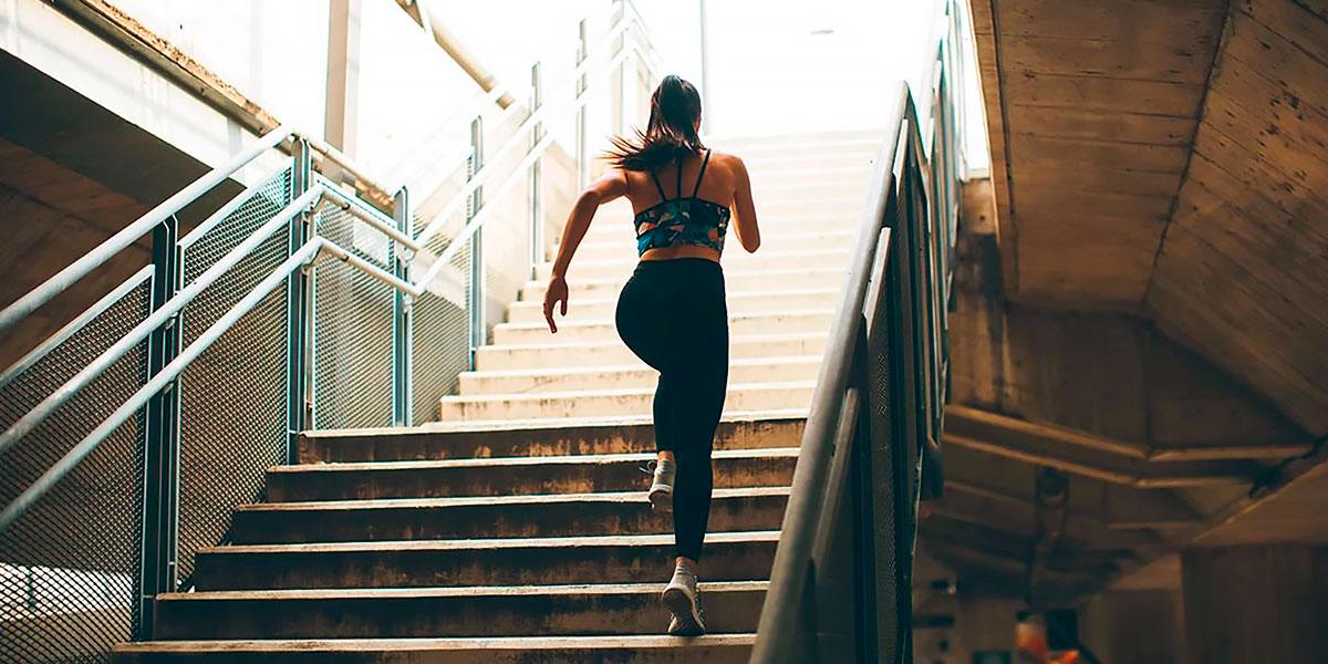 Correndo a subir escadas