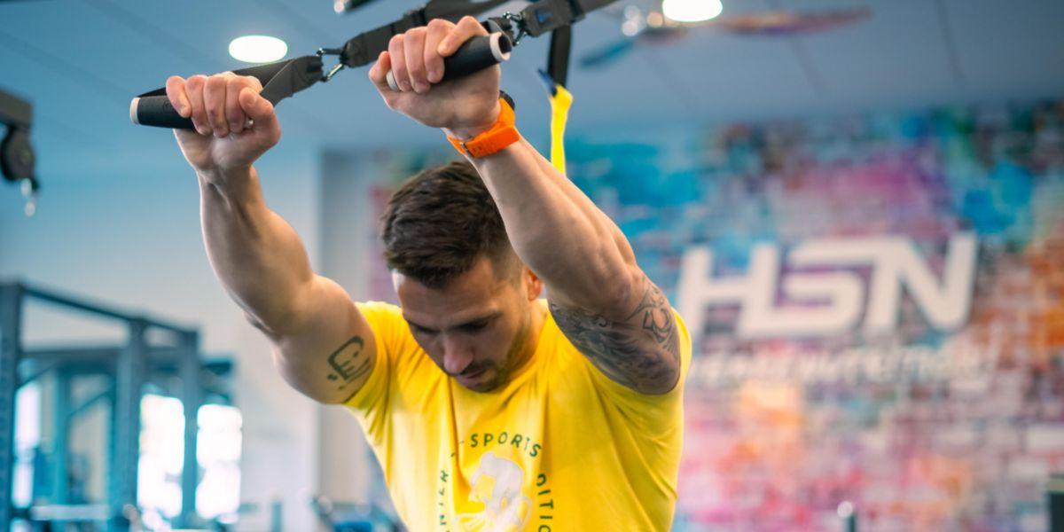 Exercício de tríceps no treino em suspensão