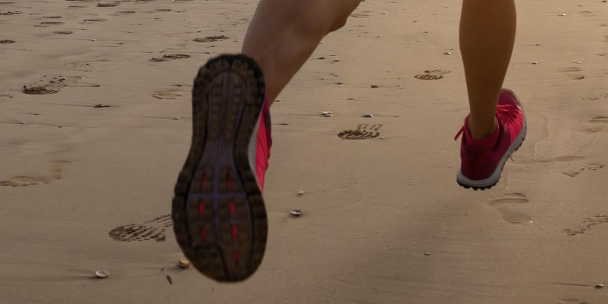 Correr na praia com ou sem sapatilhas?