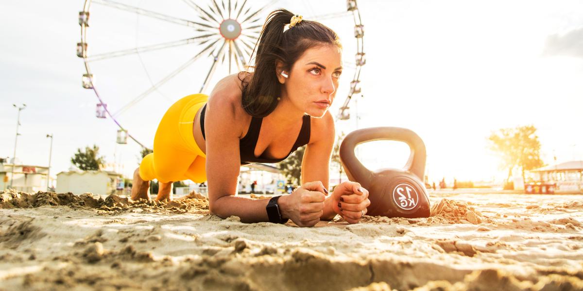Prancha o exercício para a praia
