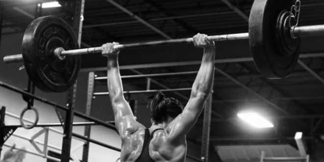 Esercizio shoulder press per le spalle