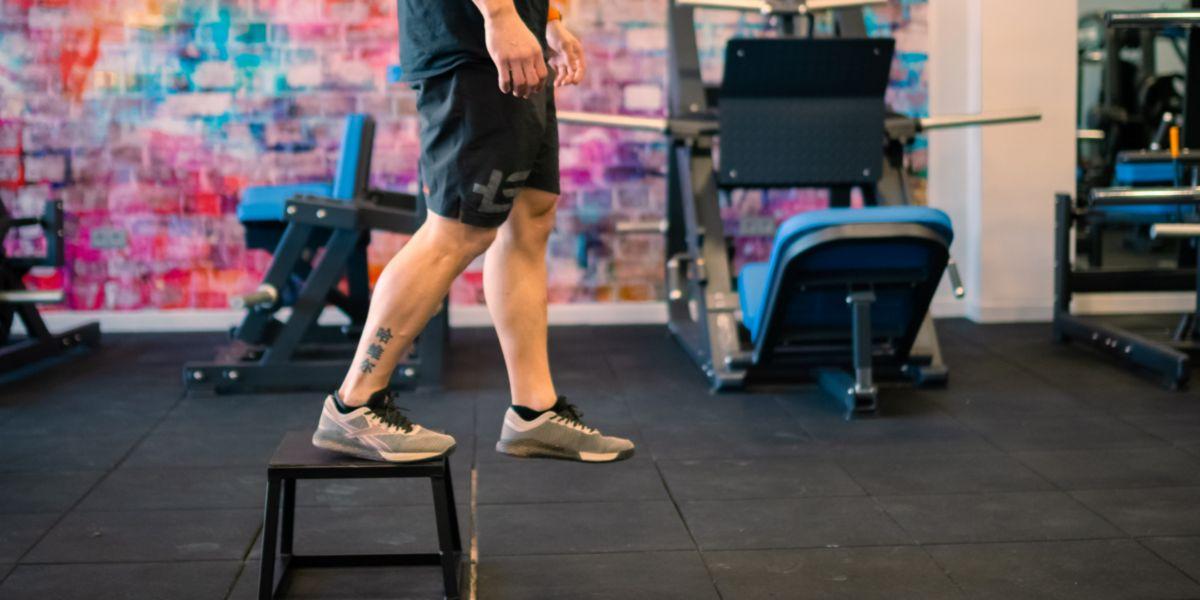 Step salendo e scendendo su un cassetto o su un'altra superficie rialzata. Esercizi senza pesi