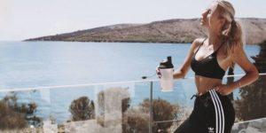 Femmes et shakes de protéines