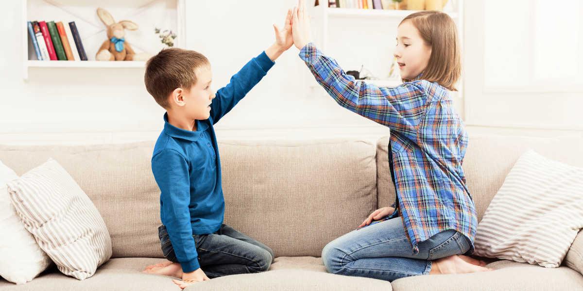 Jouer avec les enfants et faire du sport en quarantaine