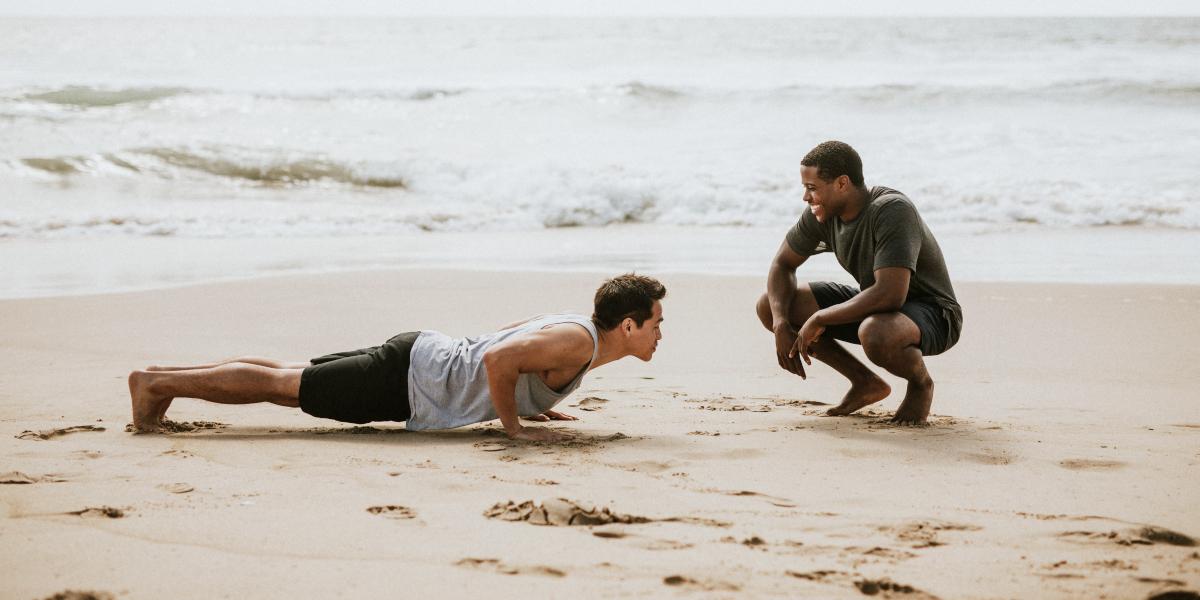 Exercices d'abdominaux avec partenaire