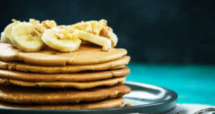 Oat pancakes with egg whites, oats, apple, banana and cinnamon